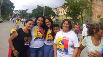 La esposa de Delson Guarate junto a otros activistas políticos de nuestra comunidad