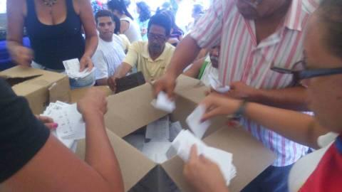 Vecinos cuantan los votos del Plebiscito según lo estipulado, y con los vecinos como testigos